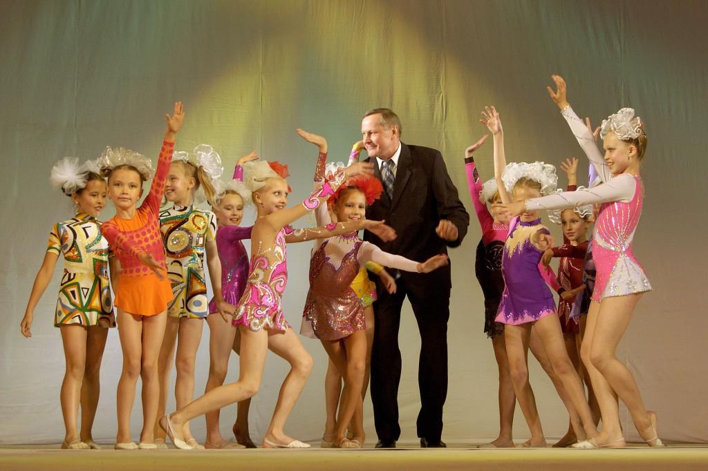 Директор школы Евгений Ефимович Зыков с учащимися