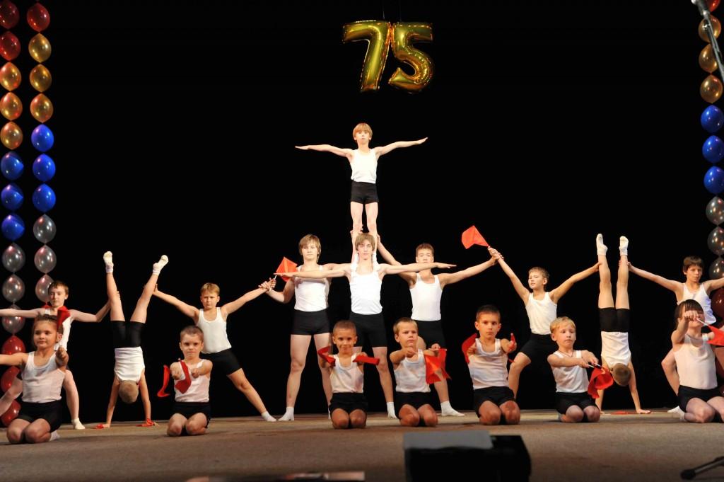 Акробаты на сцене